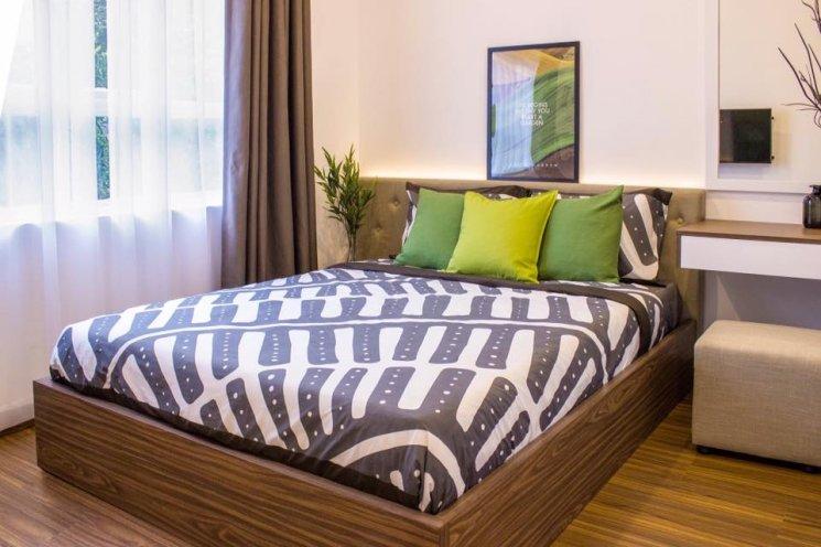 Phòng ngủ chính với 2 gam màu xanh và nâu mang đến không gian ấm áp