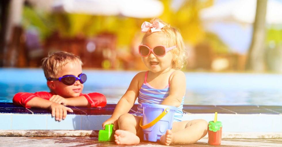 Vui đùa cùng con trẻ trong khu vui chơi dành cho trẻ em